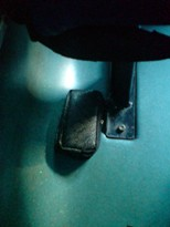 Teronggok di bawah tempat duduk
