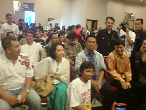 Kejutan! Ada Menkominfo Kabinet Indonesia Bersatu jilid 2! Pak Tifatul Sembiring! Wah, pak Tif tersenyum manis sekali. Sayang fotonya kurang fokus. Tergesa-gesa sih..
